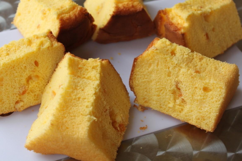 応用クラス オレンジシフォンケーキ、爽やかなオレンジ生地にオレンジピールをトッピングします