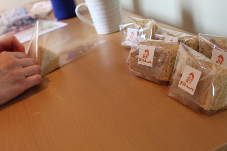 基礎クラス 紅茶シフォンケーキ、8等分カットシフォンケーキのラッピングを行います
